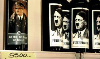 """Ein Porträt von Adolf Hitler mit der Aufschrift """"Führerwein"""" auf dem Etikett einer Flasche Rotwein, die in einem Supermarkt in dem Adria-Badeort Jesolo verkauft wird. (Foto)"""