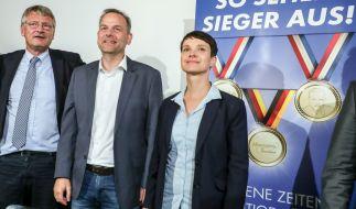 Frauke Petry (rechts), Bundesvorsitzende, der Spitzenkandidat der AfD in Mecklenburg Vorpommern, Leif-Erik Holm, und Co-Parteichef Jörg Meuthen am 05. September 2016 in Berlin bei einer Pressekonferenz. (Foto)