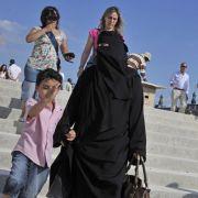 Mit Tritten in den Bauch: Rechtsextreme greifen schwangere Muslimin an! (Foto)