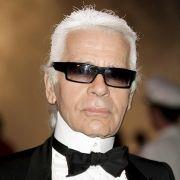 Mittlerweile geht Karl Lagerfeld nie ohne seine getönte Brille aus dem Haus.
