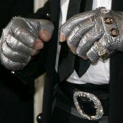 Auch seine Handschuhe gehören zu Karl Ottos Markenzeichen. Angeblich trägt er die Handschuhe, um sein Alter zu verbergen.