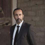 Abdul Kouyami (Bijan Daneshmand) hat ein beträchtliches Vermögen investiert und wartet nun auf die versprochenen Waffen von Richard Roper.