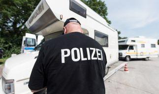 Ein Wohnwagen wird von der Polizei kontrolliert. (Symbolbild) (Foto)