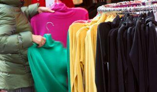 In vielen Kleidungsstücken sind giftige Stoffe enthalten, die Krebs auslösen können. (Foto)