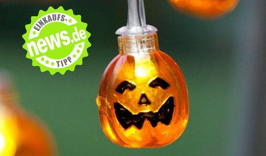 Freunde der gruseligsten Nacht des Jahres aufgepasst: Am 31. Oktober ist wieder Halloween! Zeit, die Kürbislaternen zu schnitzen und sich auf die beste Halloweenparty aller Zeiten vorzubereiten.