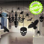 Mit dieser Deko kommt Grusel auf! Schwarze Spinnen, Totenköpfe und Fledermäuse verwandeln jedes traute Heim in eine halloweenreife Gruselkammer.