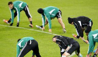 Beim Fußballtraining gehören Dehnübungen zum Aufwärmprogramm. Die Muskeln sollten dafür jedoch nicht völlig kalt sein. (Foto)