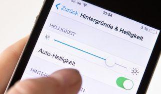 Wenn das Smartphone seine Display-Leuchtkraft selbst regelt, spart es in der Regel am meisten Strom. (Foto)