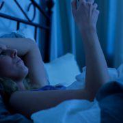 Wie gefährlich ist das Handy im Bett wirklich? (Foto)