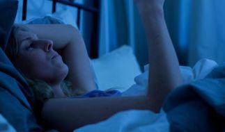 Für Menschen, die Probleme mit dem Ein- oder Durchschlafen haben, ist die Handynutzung im Bett nicht unbedingt förderlich. (Foto)
