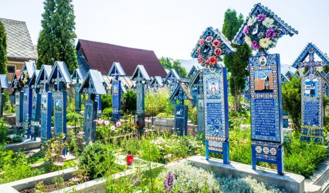 """Auf dem """"Fröhlichen Friedhof"""" in der GemeindeSăpânța in Rumänien sucht man graue Grabsteine vergebens. Die rund 800 Holzkreuze sind stattdessen bunt bemalt und zeigen Szenen aus dem Leben der Verstorbenen. (Foto)"""
