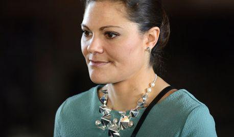 Bei ihrem Deutschland-Besuch 2014 wählte Victoria ein elegantes Kleid in gedecktem Petrol und kombinierte dazu eine auffällige Halskette.