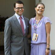 Victoria hat gut lachen: An der Seite ihres Liebsten Daniel Westling strahlt die schwedische Kronprinzessin mit der Sonne um die Wette. Das fliederfarbene Kleid mit kurzen Ärmeln macht ihren fröhlichen Auftritt perfekt.