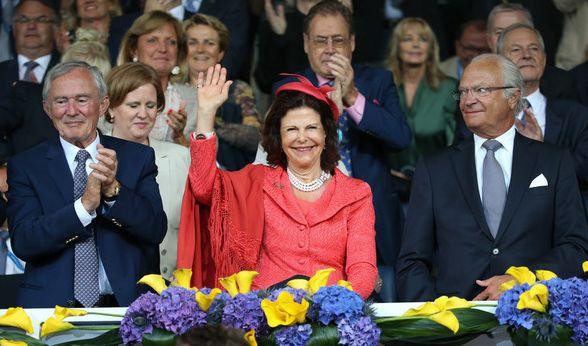 Königin Silvia, das weibliche Oberhaupt des Bernadotte-Clans, hatte schon immer ein Händchen für stilvolle Outfits. Hier strahlt die Monarchin beim Reitturnier in Aachen auf der Tribüne, elegant in ein lachsfarbenes Kostüm gehüllt.