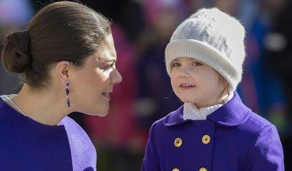 Wie die Mama, so die Tochter: Klein-Estelle zeigte sich im März 2015 bei einem Event mit ihrer Mutter Victoria in strahlendem Lila, eine hübsche Mütze schützte das royale Köpfchen vor dem Frühlingswind.