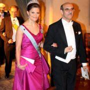 Zur Nobelpreisverleihung 2008 erschien Kronprinzessin Victoria von Schweden in einer atemberaubenden pinkfarbenen Robe, die der Designer Pär Engsheden entworfen hat.