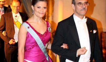 Zur Nobelpreisverleihung 2008 erschien Kronprinzessin Victoria von Schweden in einer atemberaubenden pinkfarbenen Robe, die der Designer Pär Engsheden entworfen hat. (Foto)