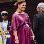 So schön schwanger: Kronprinzessin Victoria ist auf diesem Foto von 2015 die Vorfreude auf ihr zweites Kind förmlich anzusehen. Ihren kugelrunden Babybauch hüllte die Prinzessin bei der Nobelpreisverleihung 2015 in ein wallendes Abendkleid in fuchsia.