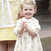 Prinzessin Estelle, der älteste Spross von Prinzessin Victoria und Prinz Daniel, ist ein wahrer Sonnenschein. Hier grinst der Mini-Royal in einem niedlichen Blümchenkleid mit Strickjacke in die Kameras.