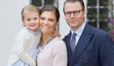 Eine schrecklich sympathische Familie: Die kleine Estelle schmiegt sich fürs Familienfoto ganz eng an ihre Mama Victoria. Papa Daniel ist sichtlich stolz auf seine zwei Damen.
