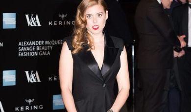 Beatrice kann auch anders: Die älteste Tochter von Prinz Andrew und der Herzogin von York setzt hier bei einer Gala auf den Klassiker in schwarz, aufgepeppt mit einem gewagten Beinschlitz.