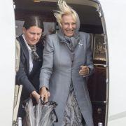 Okay, die Frisur sitzt nicht ganz, das Outfit aber umso mehr: Herzogin Camilla entsteigt hier in einer makellosen Kombination aus grauem Paisleykleid und farblich passendem Mantel einem Flugzeug.
