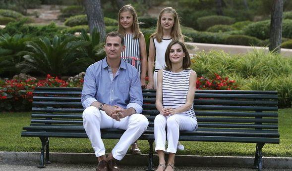 Die spanischen Royals mal ganz leger: Im Sommerurlaub lässt Königin Letizia die Abendroben im Schrank und kombiniert schmale Hosen mit einem lässigen Ringeltop. Super gemacht, liebe Letizia!