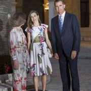 Generationenwechsel im spanischen Königshaus: Seit Juni 2014 sitzt Felipe VI. auf dem Thron. Seine Frau, Königin Letizia (Mitte), hat nicht nur die Figur, sondern auch das Modegespür eines Models, wie dieses elegante Kleid beweist.