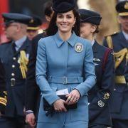 Auch die junge Generation des britischen Königshauses, hier in Person von Herzogin Kate, legt großen Wert auf ein stilvolles Auftreten. In ihrem blauen Mantelkleid hat die Ehefrau von Prinz William allen Grund zur Freude.