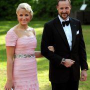 Ein Blick zu den skandinavischen Royals zeigt: Auch im hohen Norden ist Stilgefühl an der Tagesordnung. Hier strahlt Mette-Marit, Kronprinzessin von Norwegen, an der Seite ihres Mannes Haakon in einer Traumrobe in zartem Rosa in die Kamera.
