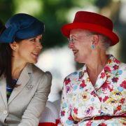 Zwei, die sich verstehen: Dänemarks Königin Margrethe II. scherzt bei einem öffentlichen Termin mit ihrer Schwiegertochter Prinzessin Mary. Natürlich sehen beide wie aus dem Ei gepellt aus.