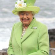 Sie ist nicht nur die am längsten amtierende Monarchin Europas, sondern auch die Stilikone schlechthin: Queen Elizabeth II. liebt farbenfrohe Outfits wie dieses in hellgrün und macht damit bei jedem öffentlichen Anlass eine ausgezeichnete Figur.