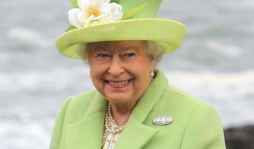 Sie ist nicht nur die am längsten amtierende Monarchin Europas, sondern auch die Stilikone schlechthin: Queen Elizabeth II. liebt farbenfrohe Outfits wie dieses in hellgrün und macht damit bei jedem öffentlichen Anlass eine ausgezeichnete Figur. (Foto)