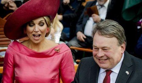 Auch die anderen europäischen Königshäuser haben Stilikonen vorzuweisen - Königin Máxima der Niederlande ist das beste Beispiel. Hier hat die Monarchin Spaß bei einem Besuch in Bayern - und die korallfarbene Robe samt Kopfbedeckung sitzt tadellos.