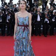Das Mitglied der Fürstenfamilie betont allerdings auch gern ihre zierliche Figur - bestes Beispiel ist dieser Schnappschuss vom roten Teppich beim Filmfestival in Cannes 2015.