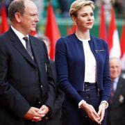 Die Fürstin versteht es gekonnt, ihre Kleiderwahl auf den jeweiligen Anlass abzustimmen: Für das Tennisturnier der Monte-Carlo Rolex Masters entschied sich die gebürtige Südafrikanerin für einen sportlichen Look in dunkelblau.