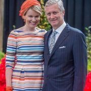 Als krönenden Abschluss werfen wir einen Blick in den Kleiderschrank der belgischen Royals. Königin Mathilde strahlt hier an der Seite ihres Gatten König Philippe in einem farbenfrohen Ringelkleid.