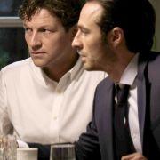 Angeblich will Adrian seinem Freund Thomas helfen. Doch in Wahrheit hat er ganz andere Pläne.