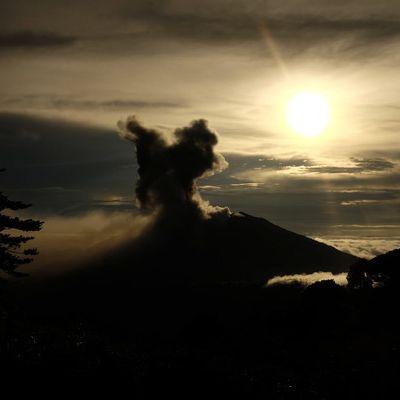Flughafen dicht! DIESER Vulkan spuckt Asche und glühende Steine (Foto)