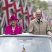 Eine Königin muss sich dezent zurückhalten? Alles Quatsch - Queen Elizabeth II. setzt gerade bei öffentlichen Auftritten wie dieser Paradefahrt nebst Prinz Philip auf knallige Farbtöne.