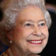 Queen Elizabeth II. tritt nie ohne ein wichtiges Accessoire aus dem Haus: ihren Lippenstift. In Kombination mit ihrem strahlenden royalen Lächeln kommt die korallene Lippenfarbe besonders gut zur Geltung.