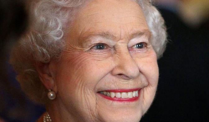 Queen Elizabeth II. tritt nie ohne ein wichtiges Accessoire aus dem Haus: ihren Lippenstift. In Kombination mit ihrem strahlenden royalen Lächeln kommt die korallene Lippenfarbe besonders gut zur Geltung. (Foto)