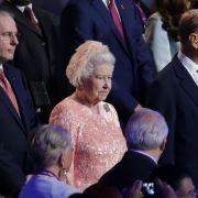 Zur Eröffnung der Olympischen Spiele 2012 in London wurde die Queen kurzfristig zum Bond Girl - und dieses rosa Kleid zur Modelegende.