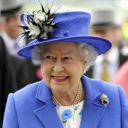 Blau scheint zu den Favoriten der Queen zu gehören - zum Pferdederby in Epsom wählte Elizabeth II. erneut eine Robe in blau.