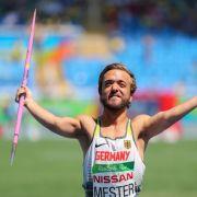 Beinfreiheit! Speerwurf-Weltmeister schläft im Gepäckfach (Foto)