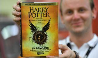"""Christian Locher von der GGP Druckerei Media GmbH präsentiert das fertige, neue """"Harry-Potter""""-Buch. (Foto)"""