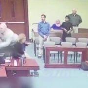 Mitten im Gerichtssaal! Kinderschänder will Staatsanwalt niederstechen (Foto)