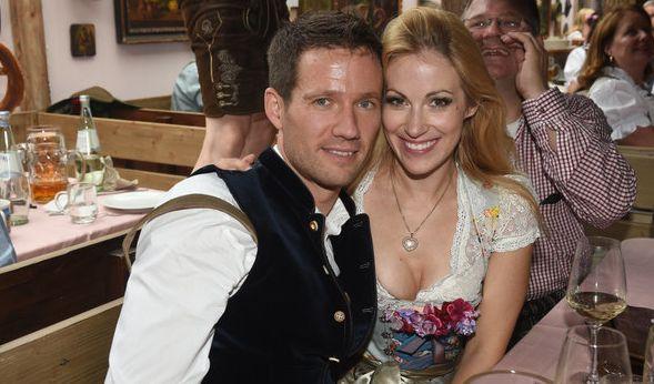 Ein hübsches Paar: Moderatorin Andrea Kaiser hat auf der Wiesn 2016 sichtlich Spaß mit ihrem Mann, dem Rallyefahrer Sébastian Ogier.