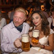 Den Maßkrug hat Boris Becker ebenso gut im Griff wie dereinst den Tennisschläger. Gattin Lilly muss eine zweite Hand zu Hilfe nehmen, um das Getränk zu stemmen - dafür sitzt ihr entzückendes Dirndl ausgezeichnet.