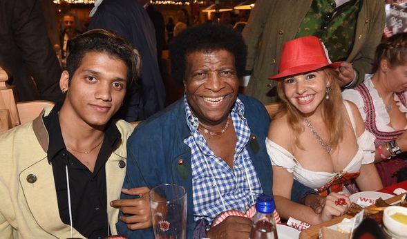 Ein bisschen Spaß muss auch auf der Wiesn sein, dachte sich wohl auch Roberto Blanco und stürzte sich mit seiner Ehefrau Luzandra - in einer Kombi aus hippem Hut und Dirndl mit Mega-Dekolleté - ins Wiesn-Getümmel.
